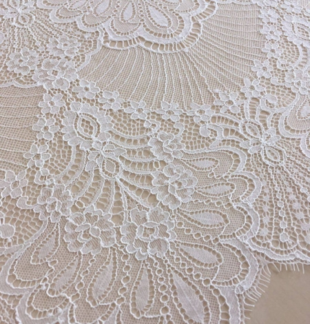Off white chantilly lace fabric. Photo 2