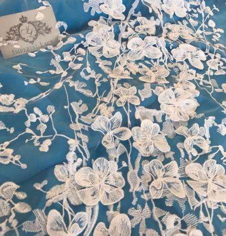 Balts 3D ziedu raksta izšuvums uz tilla auduma. Photo 4