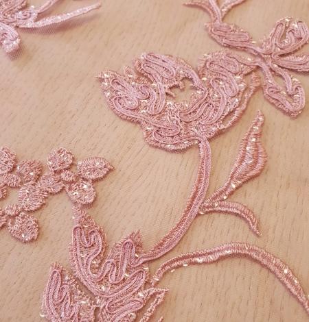 Aveņu rozā ziedu raksta izšuvums ar fliteriem uz mīksta tilla auduma. Photo 6