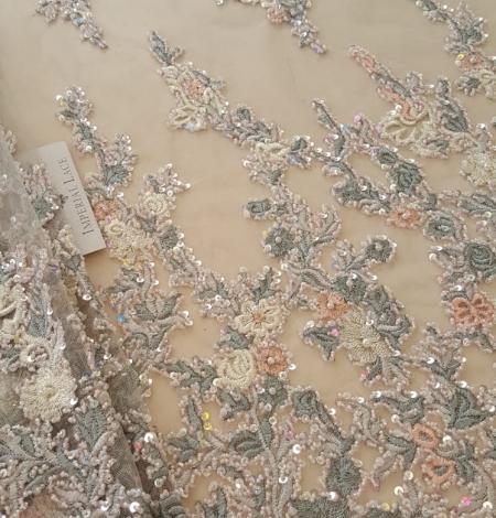 Daudzkrāsains izšuvums ar pērlīttēm un fliteriem uz tilla. Photo 2
