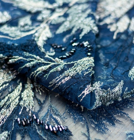 Pelēki bēša izšuvumi uz tumši zila tilla auduma. Photo 5
