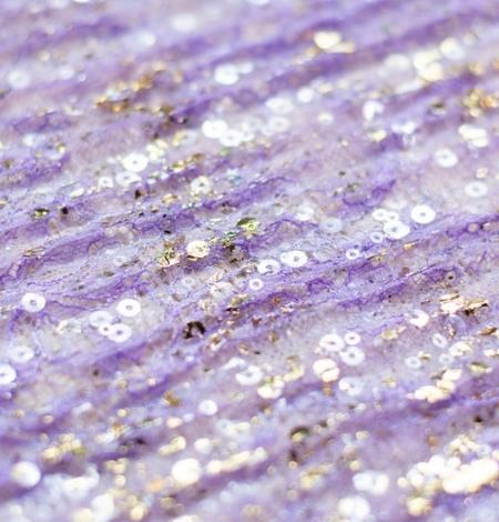 Violets gofrēts mežģīņu audums ar zelta fliteriem. Photo 3