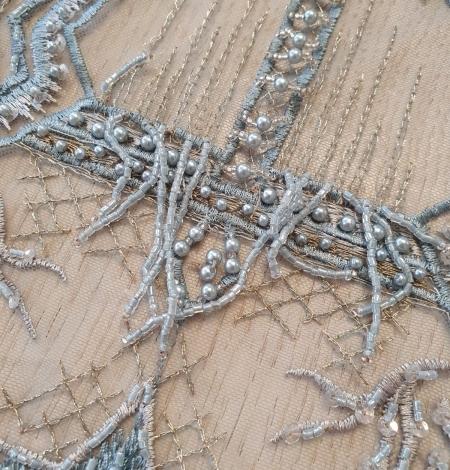 Pelēkzils pērļots ar nokarenām deteļām izšuvums uz tilla. Photo 3