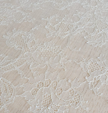 Ecru chantilly elastic lace fabric. Photo 3