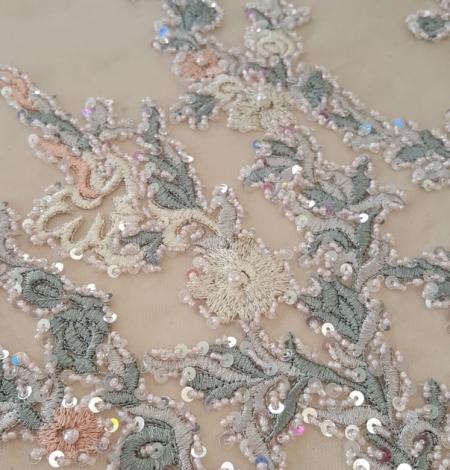 Daudzkrāsains izšuvums ar pērlīttēm un fliteriem uz tilla. Photo 4