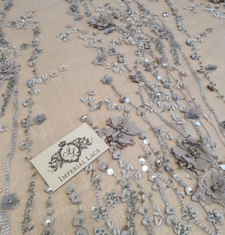 Pelēka ar pelēkbrūnām 3D puķēm uz tilla auduma. Photo 3