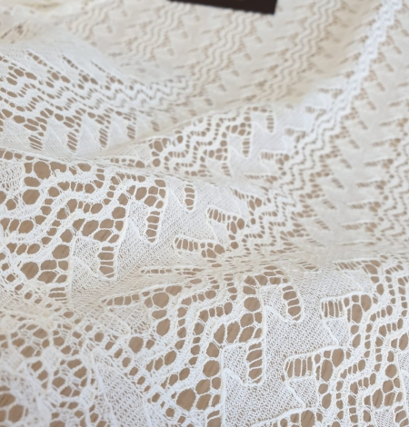 Ivory cotton 95% chantilly lace fabric. Photo 6