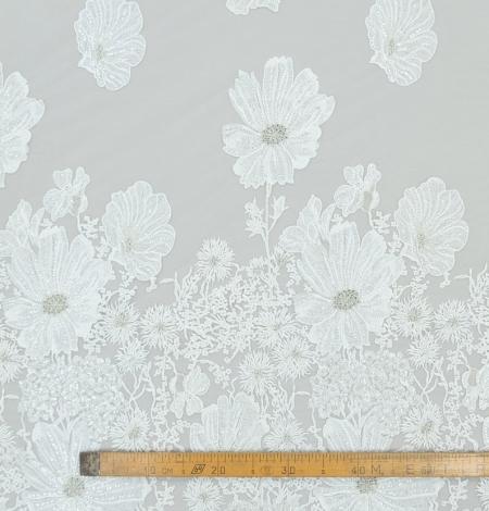 Pienbalta ar sudraba lieliem ziediem izšuvums uz tilla auduma. Photo 9