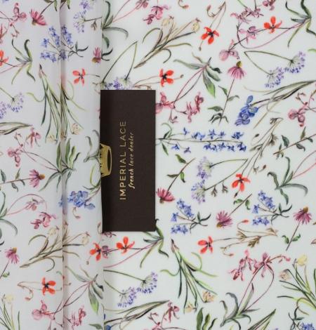 Balts ar romantisku ziedu rakstu zīda audums. Photo 2