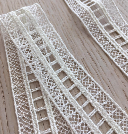 Ivory lace trimming. Photo 3