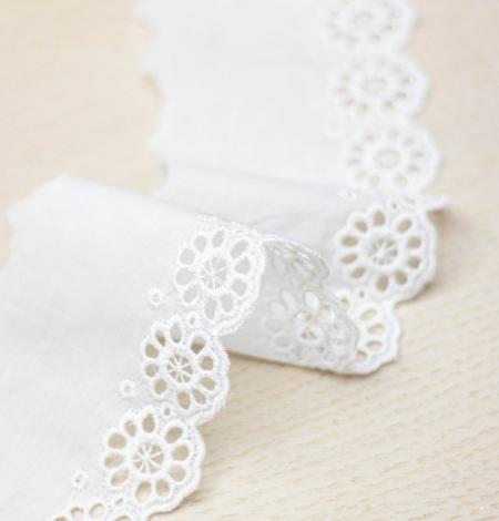 Piena balts ziedu izšuvums uz kokvilnas mežģīņu malas. Photo 3